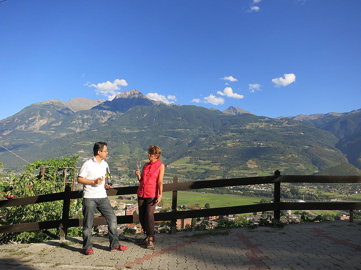 アルプスに囲まれた渓谷が生み出す特異な文化ヴァッレ・ダオスタ州は、ピエモンテ州の北に位置するイタリア最北西の州。北はスイス、南西はフランスと国境を接し、モンテ・チェルヴィーノ(マッターホルン)、モンテ・ローザ、モンテ・ビアンコ(モンブラン)という名峰に囲まれる山岳地帯。冬はスキーをはじめとするウィンタースポーツが人気で、夏はアルピニストの町と化します。