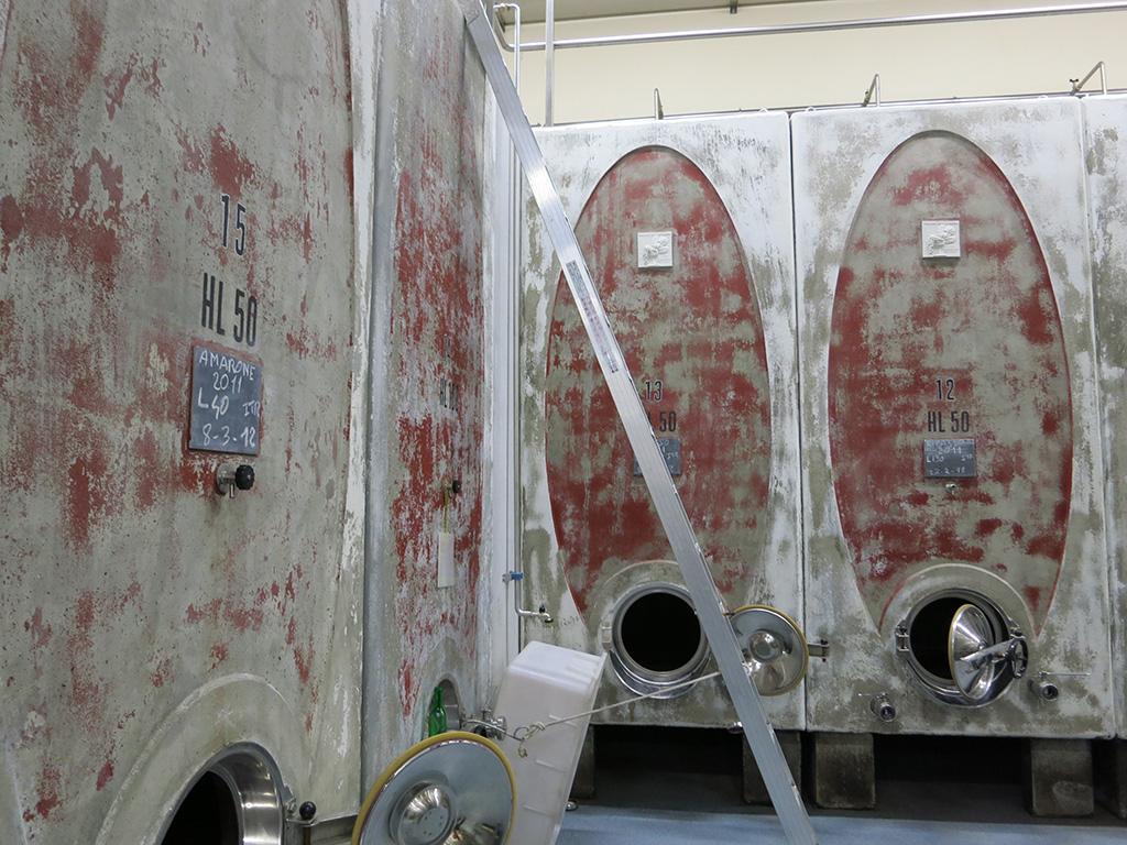 発酵用のセメントタンク。