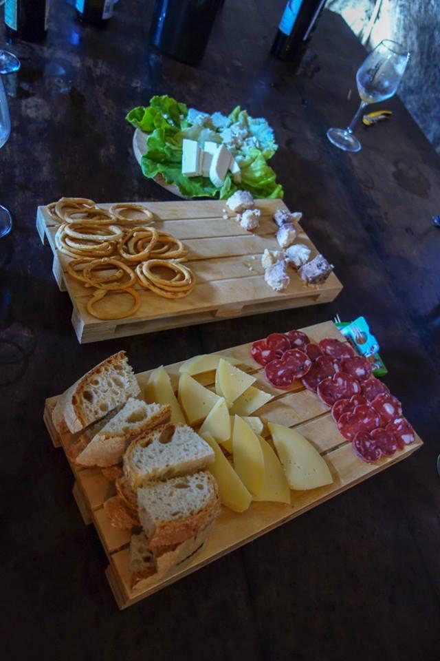 地方のチーズやパン、サラミなどとともに。