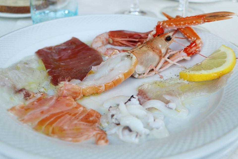 日本でもお馴染みの魚介を生で食べます。