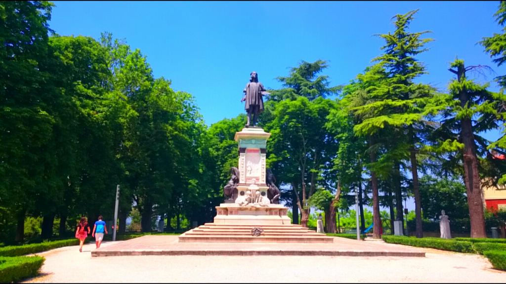 ラファエロ・サンティの銅像。